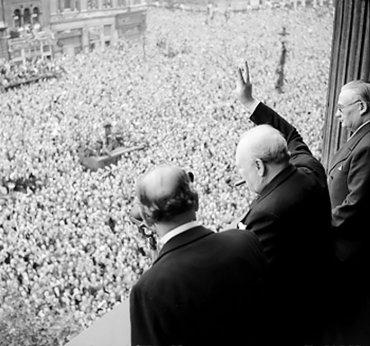 Winston Churchill, saludando a la multitud. Londres. Mayo 8, 1945.
