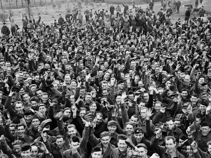 Prisioneros británicos en Alemania, celebrando la liberación y el fin de la contienda.