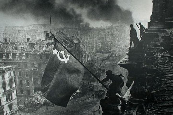 Bandera Soviética flameando en Berlin. Mayo 9, 1945.