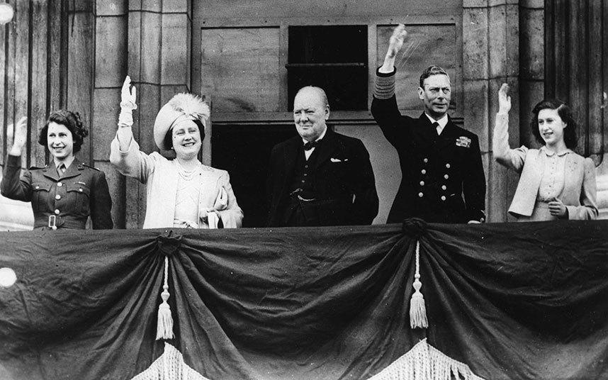 El Rey Jorge VI, la Reina consorte, el Primer Ministro Winston Churchill, la princesa de gales Elizabeth (actual monarca británica) y la Princesa Margaret. Saludando a la multitud en el balcón del Palacio de Bunckingham. Londres. Mayo 8, 1945