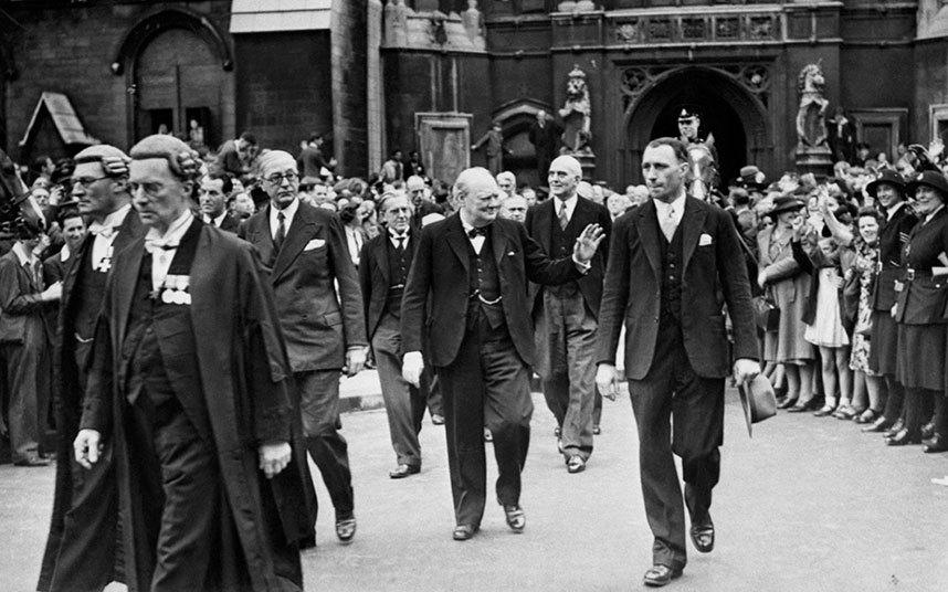 Wiston Churchill saliendo de Westmister, momentos después de informar al Parlamento la rendición de Alemania. Mayo 8, 1945-